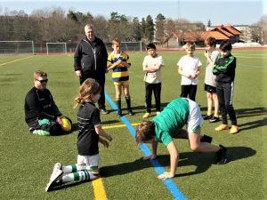 Ungdomar tränar på tackling