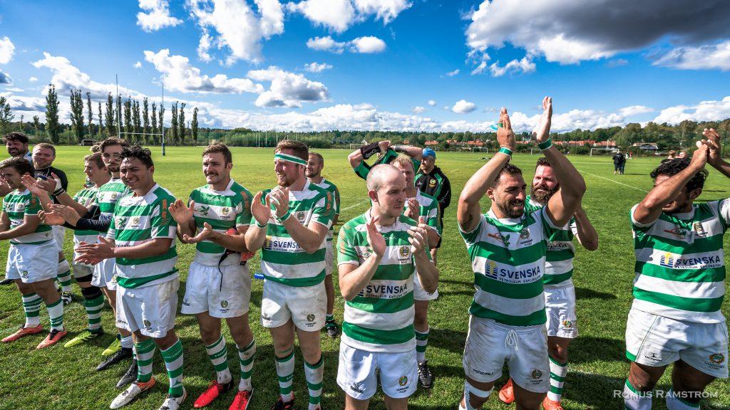 Grönvita spelare klappar i händerna