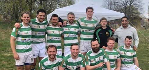 12 personer står uppställda tillsammans i grönvita kläder.