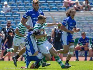 En person klädd i blått och vitt tacklar ner en grönvit person.