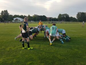 Spelare från de två lagen är uppställda mot varandra i det som kallas klunga. Hammarby sätter in bollen och ser ut att vinna den.